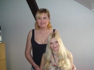 Jarka (vlevo) po rozhovoru s redaktorkou Míšou.