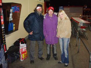 Redaktorka Míša s dvojicí bezdomovců.