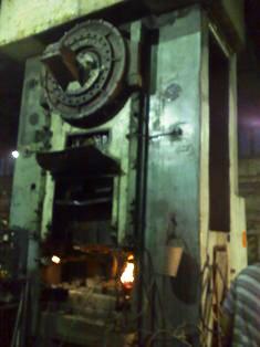 Obrovské kladivo usnadňuje kovářům práci
