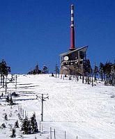 Zasněžený vrchol Lysé hory s vysílačem, meteorologickou stanicí a bufetem Šantán