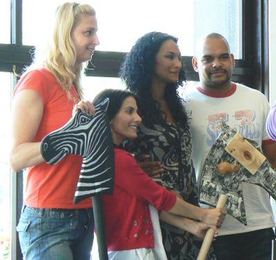 (Zleva) Yvetta Hlaváčová, Eva Aichmajerová, Lejla Abbasová a její přítel Obi.