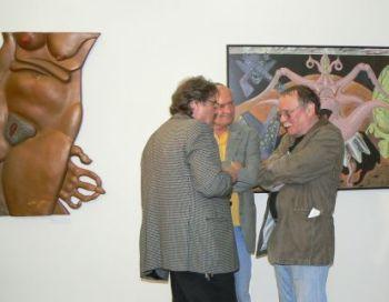 Na vernisáži se sešlo mnoho skvělých osobností. Uprostřed (v zákrytu) Vladimír Poštulka, vpravo textař Eduard Krečmar.