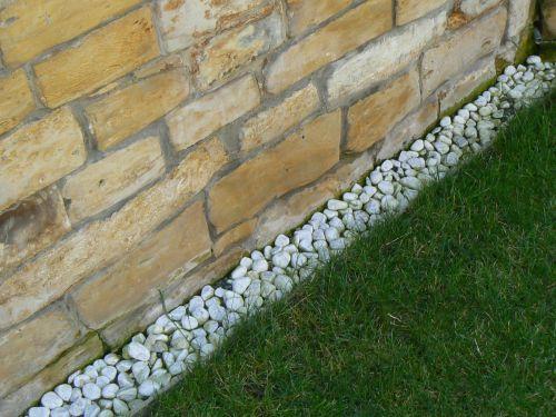 Spára mezi zdí a trávníkem.