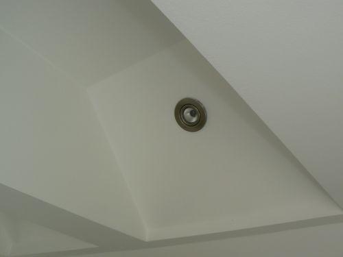 Světla v ložnici jsou zapuštěná do šikminy stropu.