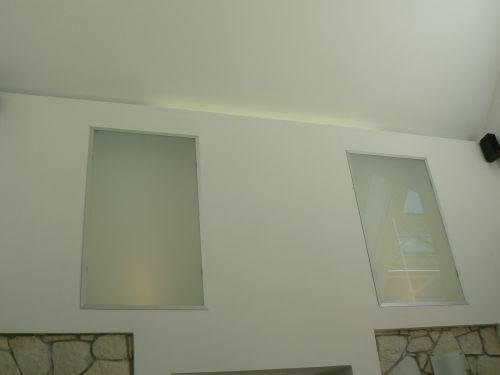 Světla v obýváku - svítí panely i zářívka za zdí.
