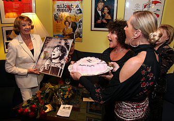 ...a s gratulantkami Jitkou Zelenkovou a Helenou Vondráčkovou