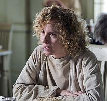 V blázinci se Christine seznámí s prostitutkou Carol Dexterovou (Amy Ryan), které je také obětí policejní zvůle