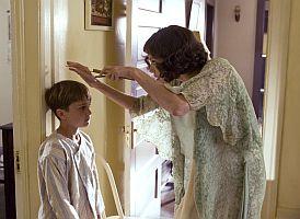 """Christine tuškou zakresluje výšku syna Waltra (Gattlin Griffith). Ten se po svém znovuobjevení """"zázrakem"""" zmenší o 8 cm"""