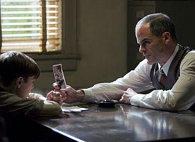 Detektiv Lestr Ybarra (Michael Kelly) vyslýchá patnáctiletého vraha