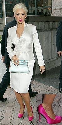 Christina Aguilerová nemá problém se saténovými lodičkami od Diora na  podpatku 5 ecda551bcb