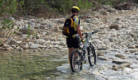 """""""Lidová"""" cykloturistika, adrenalinový rafting anebo sport bílých límečků - golf?"""