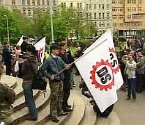 Demonstrace Dělnické strany před soudní budovou