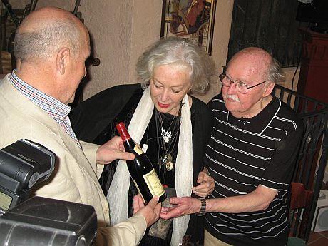 Petr Nárožný a Květa Fialová předávají oslavenci dárek