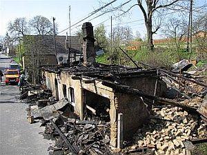 Dům po žhářském útoku ve Vítkově na Opavsku