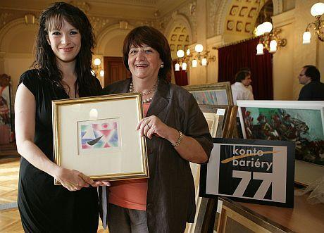 Tereza Kostková (vlevo) také pomohla Kontu Bariéry