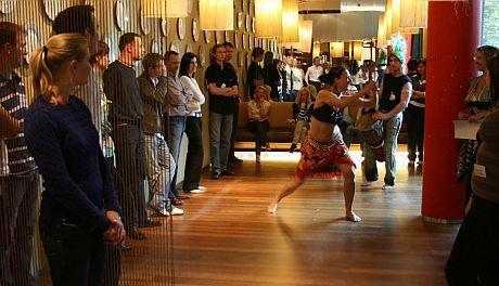 Účastníci sledují západoafrické tance, později se o ně pokusili sami