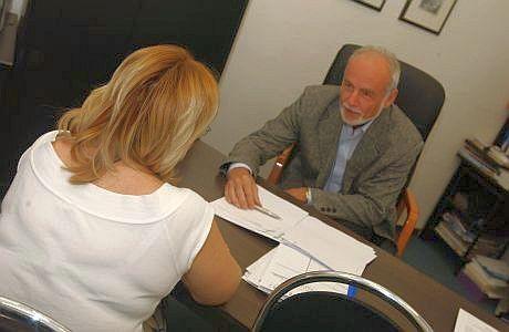 JUDr. Jan Křeček s klientkou