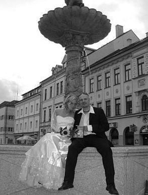 Pátek 8. 5. 2009, odpoledne, sokolovská kašna, novomanželé, svatební hostina...