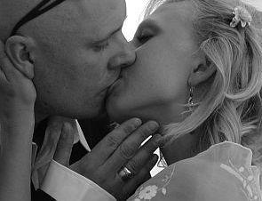 """""""Novomanželský polibek"""" jako skutečný ..."""