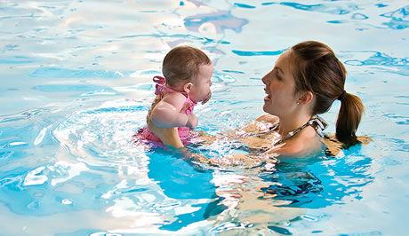 plavající dítě