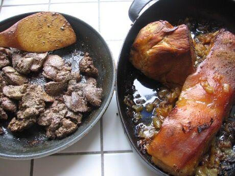upečené vepřové maso a usmažená játra