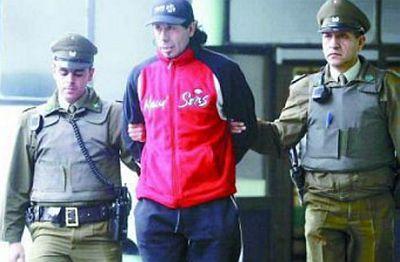 Policisté odvádějí Manuela Jesúse Bartierru