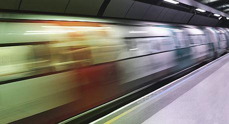 Trojice spadla pod metro ve stanici Anděl