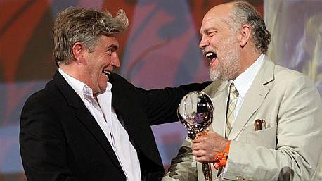John Malkovich předává cenu Frédériku Dumontovi