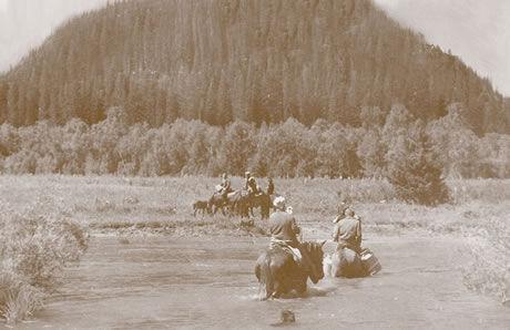 Jediná zachovaná fotografie z pobytu Járy Cimrmana v Altaji. Jára Cimrman v popředí skupinky jezdců.