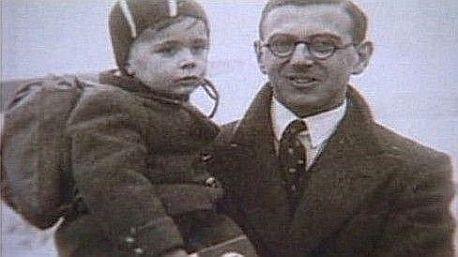 Nicholas Winton s jedním ze zachráněných dětí