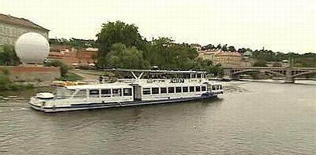 30 pražských velkých lodí znečišťuje Vltavu