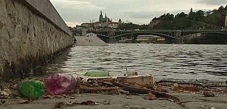 Odpadky se hromadí na náplavkách