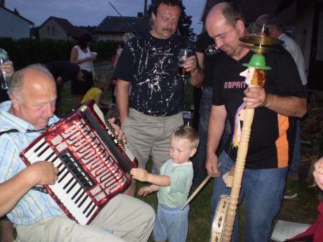 dítě a muzikanti