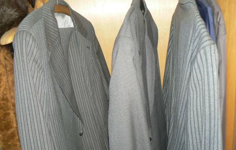 skříň a obleky