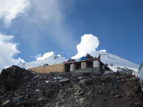 Pohled od chaty Prijut 11 směrem na východní vrchol Elbrusu a zákoutí s odpadky.