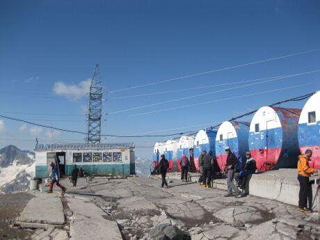 Obytné barely pod Elbrusem na konci lanovky.