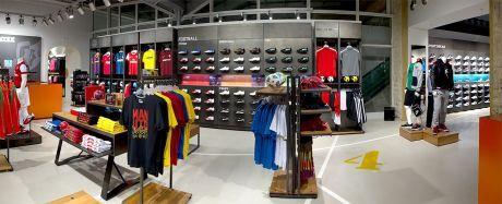 de42757f5fd Na více než pěti stech metrech čtverečních prodejní plochy je pro zákazníky  připraven kompletní sortiment produktů pro fotbal