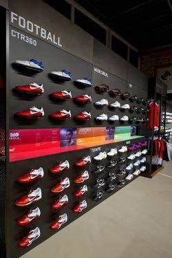 81648f17d59 ... nike. Nový obchod Nike Prague nabízí kromě revolučního uspořádání také  další speciální služby. Pro fotbalové hráče i fanoušky je připraven ...
