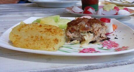 hamburger plněný sýrem