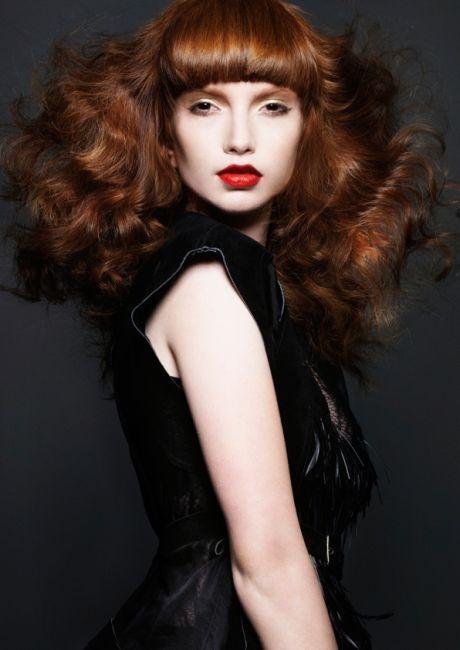 Hladká ofina v kombinaci se zvlněnými vlasy