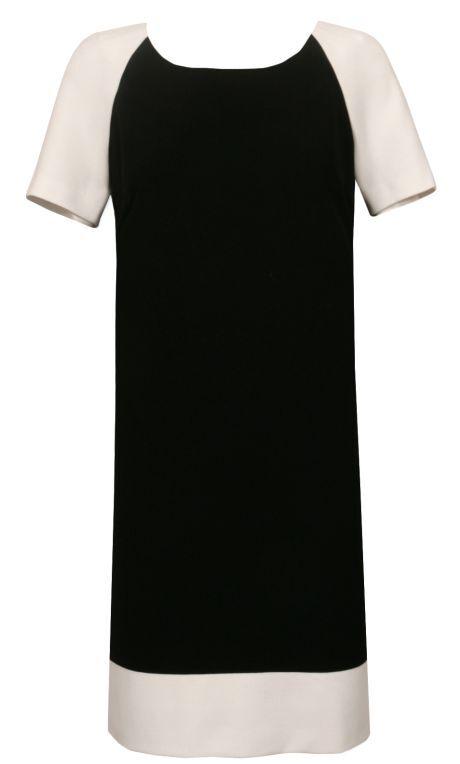 černé šaty s bílými rukávy a lemem