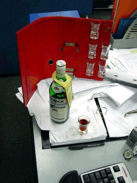 červený šanon a flaška s panákem
