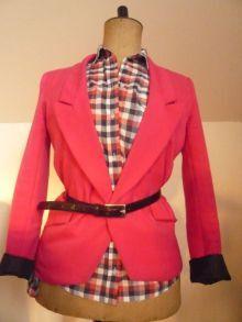 červené sako s kostkovanou košilí