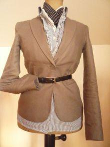 sako s proužkovanou košilí a šátkem