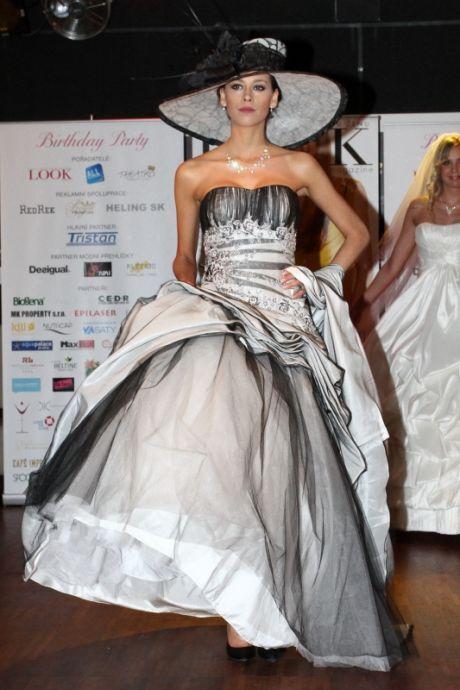 Šedé svatební šaty