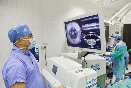 Laser prov�d� kruhov� otev�en� pouzdra �o�ky, rozm�ln�n� �o�ky a vytv��� astigmatick� n��ezy a vstupn� �ezy. V�e se prov�d� na zav�en�m oku bez dotyku lidsk� ruky.