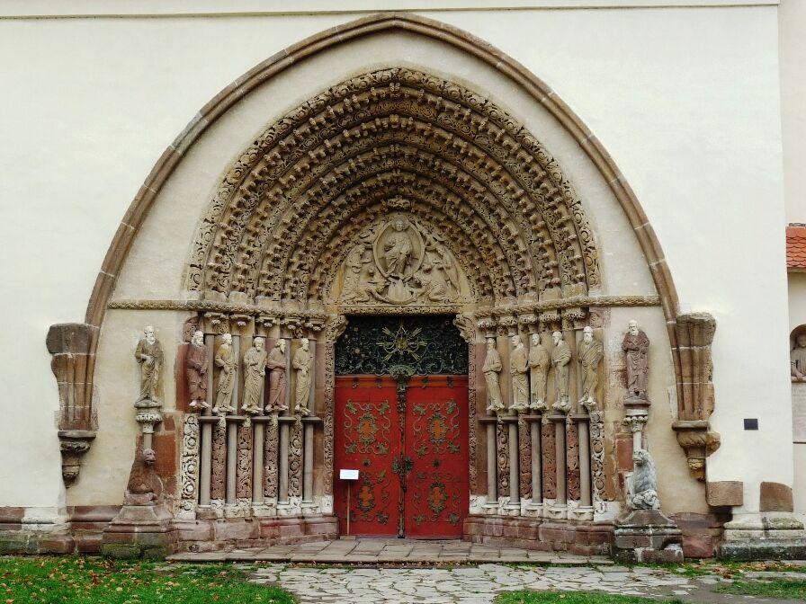 Gotický portál klášterního kostela Porta coeli