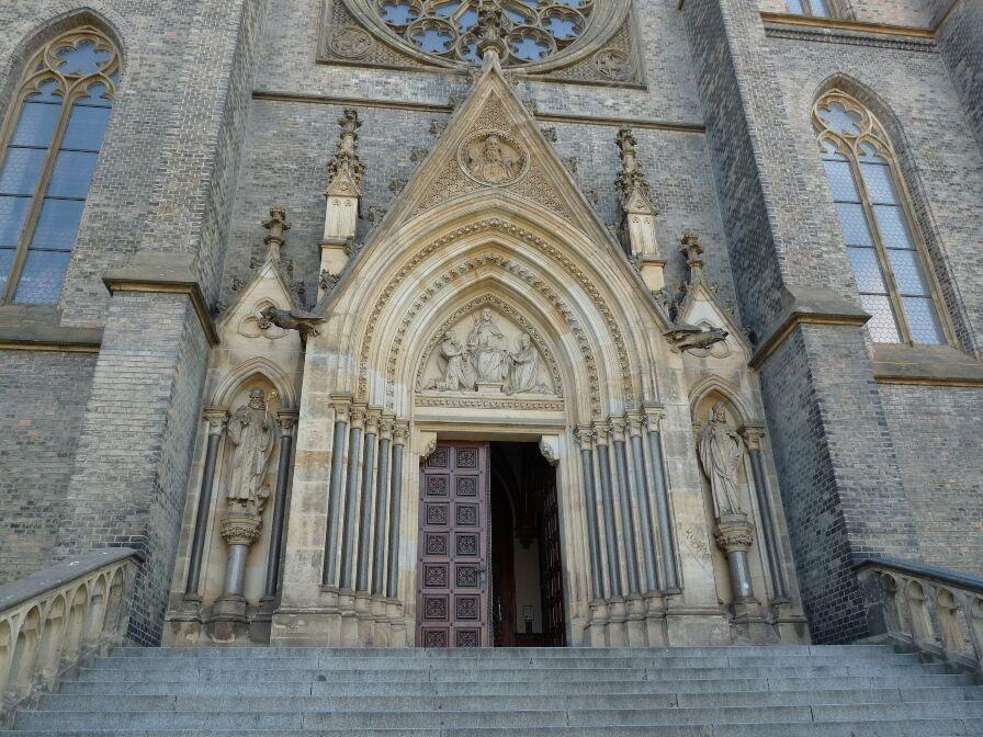 Vstupn� port�l kostela svat� Ludmily