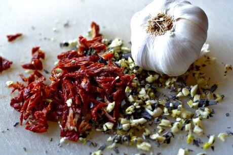 sušená rajčata, česnek, šalvěj