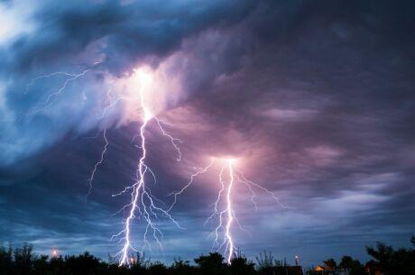 Jak se chovat při bouřce? Vytáhněte zásuvky, nesprchujte se a nedotýkejte se oken